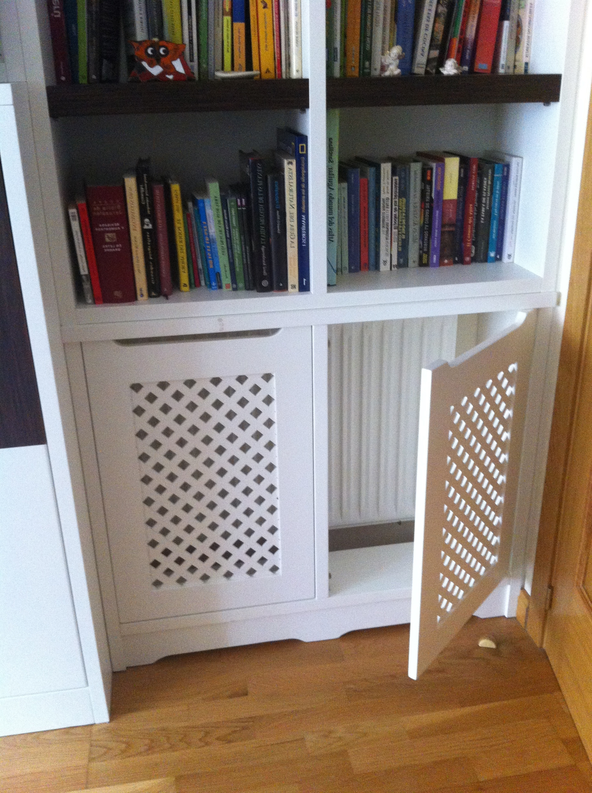 Bookcases Cover Regarding Favorite Zabodowa Kaloryfera Z Drzwiami Z Kratki Drewnianej (View 10 of 15)