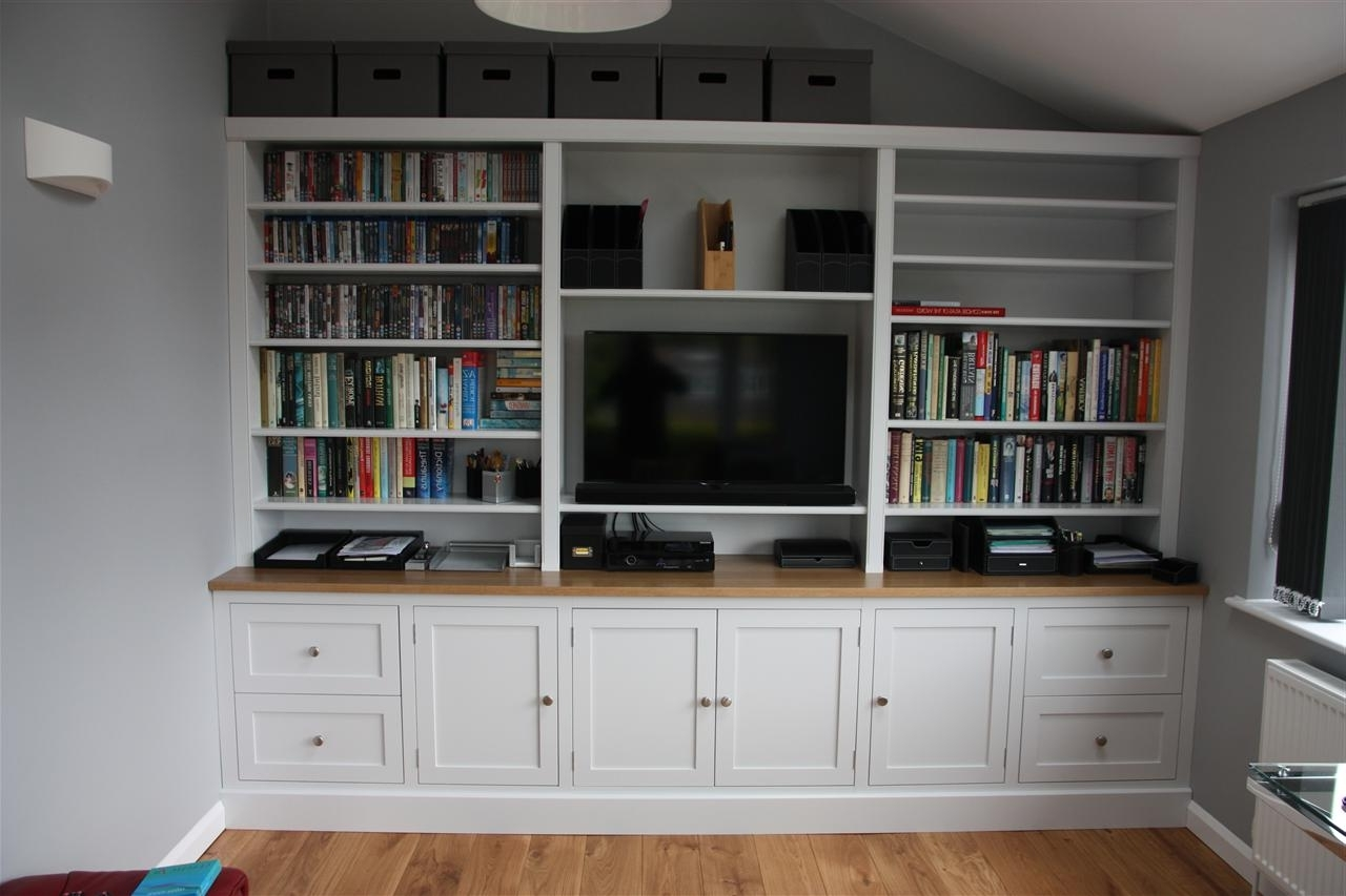 Tv And Family Room With Regard To Trendy Tv Bookcases (View 2 of 15)