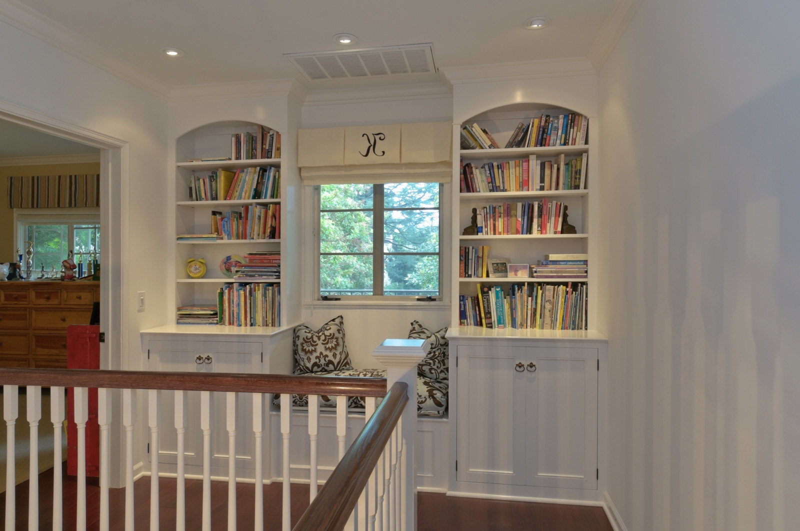 Widely Used Under Window Bookcases For Perfect Minimalist Bay Window Seat Design Ideas With White Tones (View 15 of 15)
