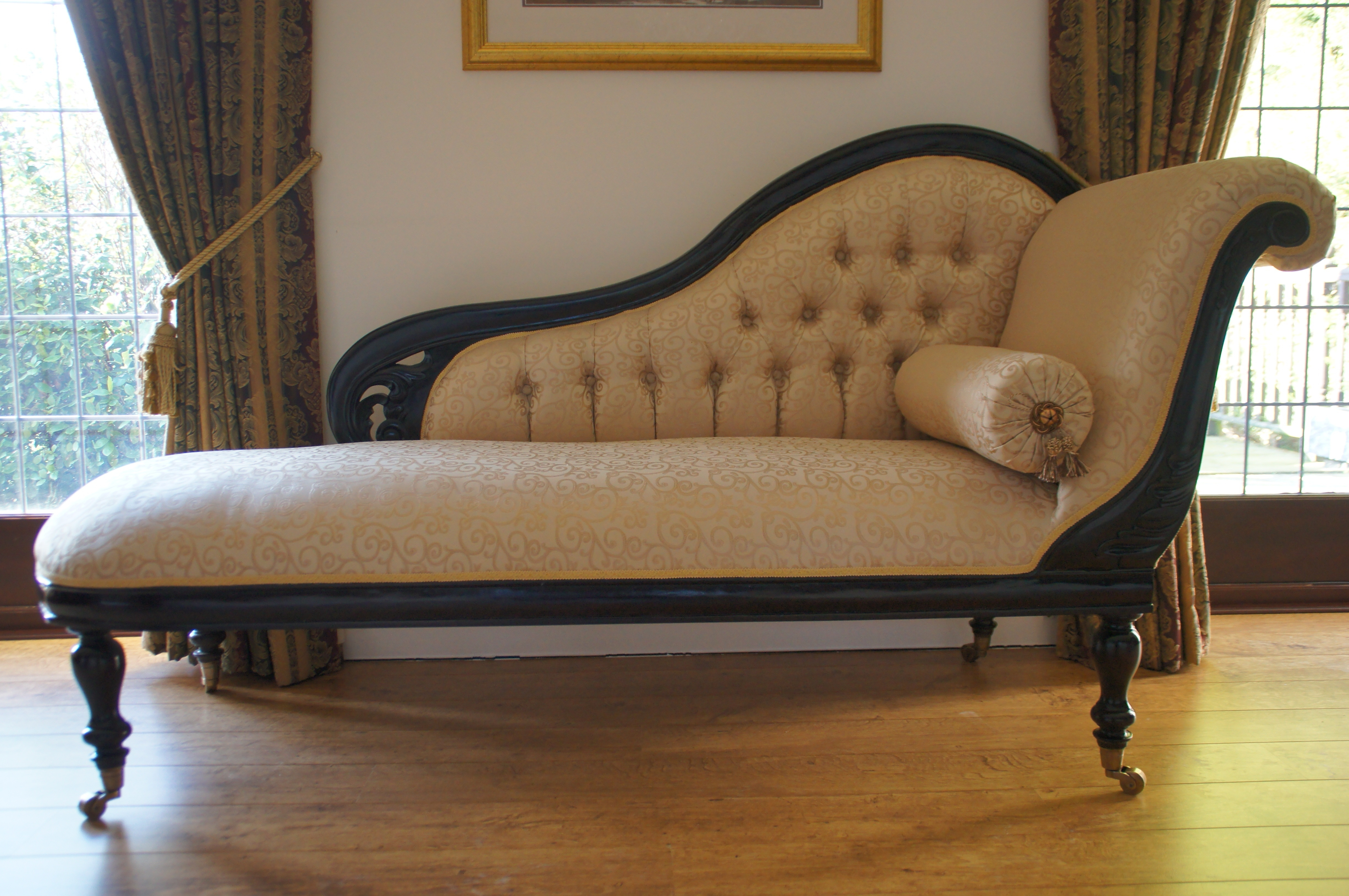 Fashionable Vintage White Leather Victorian Chaise Lounge Sofa With Black In Victorian Chaise Lounge Chairs (View 5 of 15)