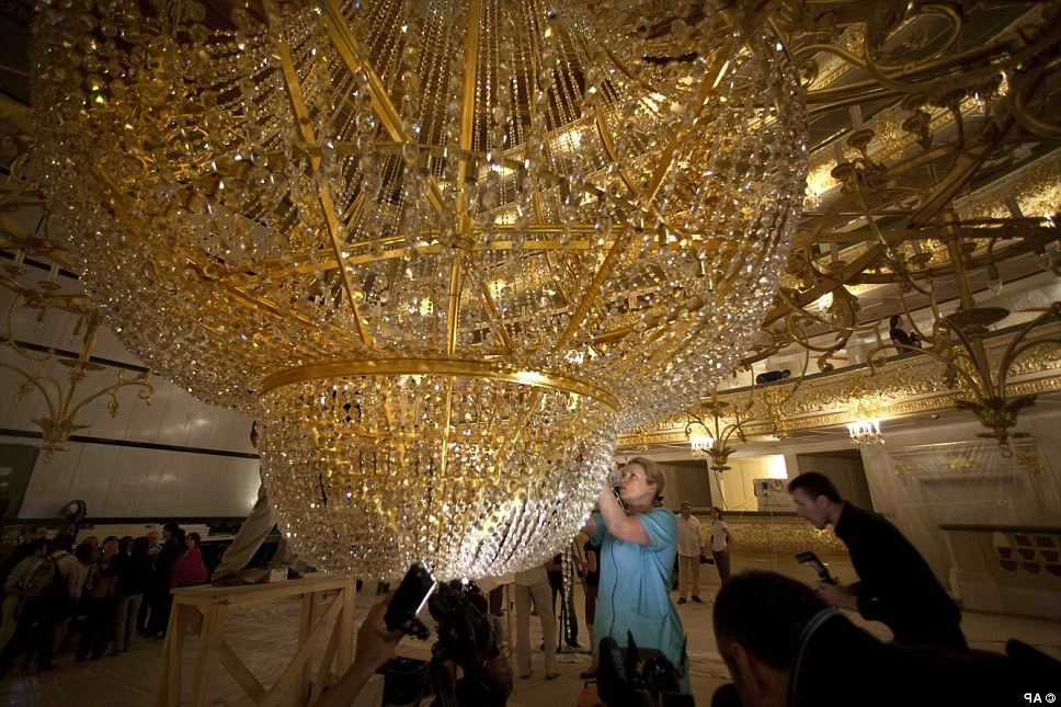 Giant Huge Chandelier – Closdurocnoir With Current Massive Chandelier (Gallery 8 of 10)