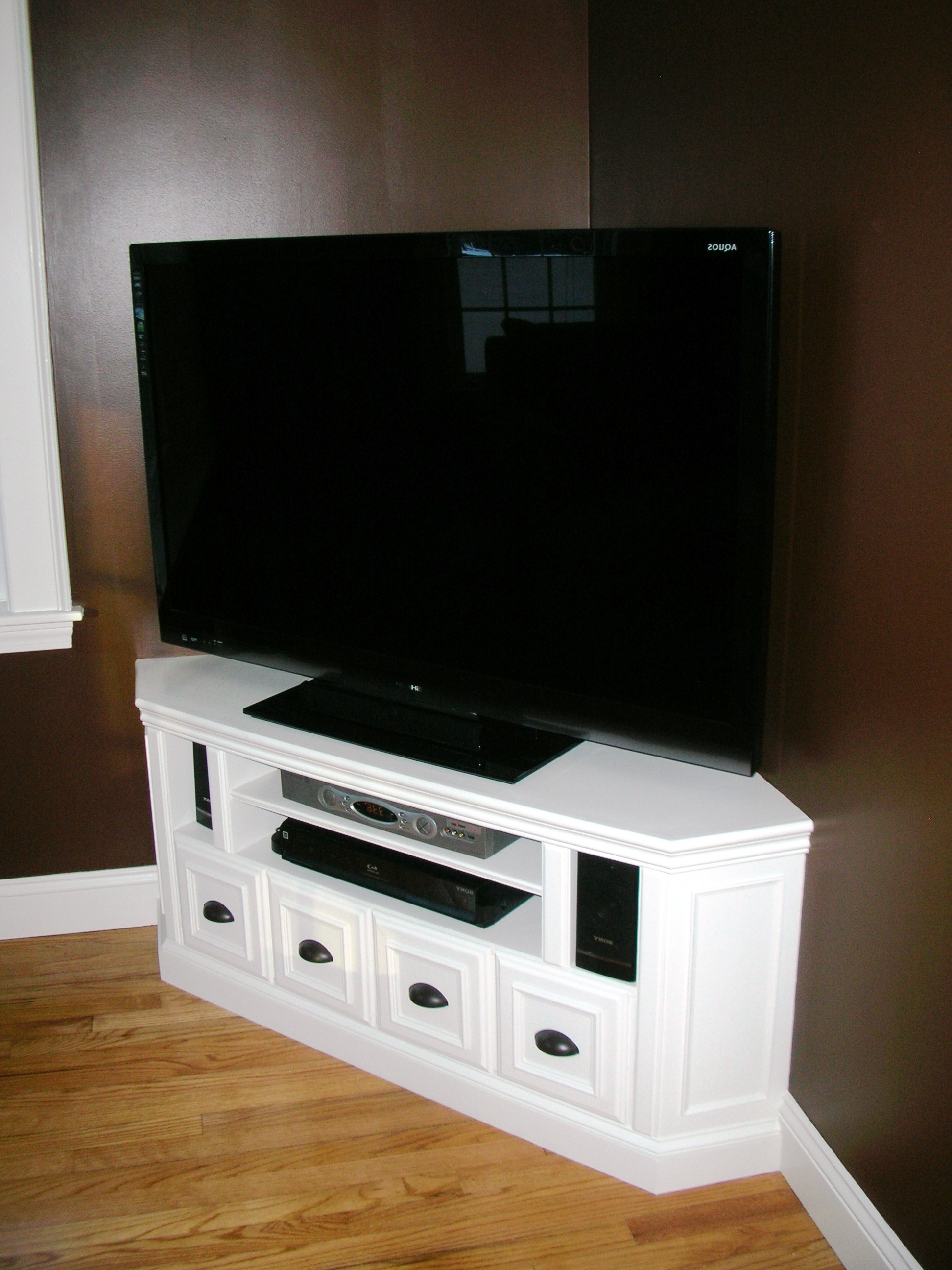 Most Up To Date White Wood Corner Tv Stands For Furniture: White Painting Corner Tv Stands With Decorative Curtains (View 10 of 20)